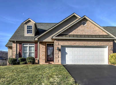 52 pondview court daleville va 24083 presented by lori for Table 52 roanoke va